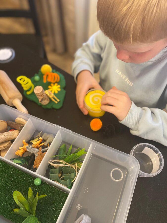 JAUNUMS - DŽUNGĻI - Plastilīna (playdough) komplekts bērna radošās, sensorās un iztēles attīstībai